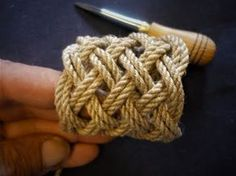 How to make a Turk's Head Knot with a BoardParacordist how to tie a Turks Head knot easily using a jig and paracord for a h.Learn how to tie any square Turks Head with uneven number of bights. The sailors way - on the hand.Deluxe Key chain by Des Paw Paracord Braids, Paracord Knots, Rope Knots, Paracord Bracelets, Lanyard Knot, Turks Knot, Nautical Knots, Rope Crafts, Paracord Projects
