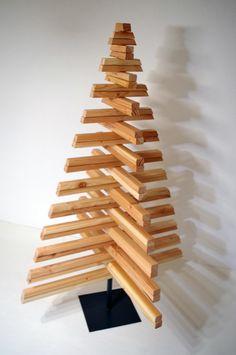 """Jahr für Jahr bringt unser CrossTree """"Natur Pur"""" in Ihr Haus. Er wird aus Douglasienholz in Handarbeit gefertigt. Der Duft von unbehandeltem Holz liegt in der Luft. Nicht nur zur Weihnachtszeit..."""