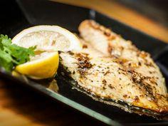 Preparación1. Agrega todos los ingredientes en un refractario para hornear, sin incluir el pescado.2. Pon el molde en el horno y cuando hierva la mantequilla, añade los filetes de pescado.3. Cocina durante 20 minutos y baña el pescado para que se impregne de la salsa.