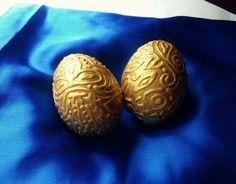 Como hacer huevos grabados en relieves dorados