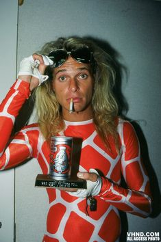 All you need,a smoke,a beer and hanging with David =µ) David Lee Roth with some Boy Howdy Beer Award Creem Magazine David Lee Roth, Alex Van Halen, Eddie Van Halen, Outfit Essentials, Look Rock, 80s Music, Rock Music, Indie Music, Big Hair Bands