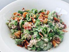 Her er opskriften på den lækreste broccolisalat med bacon. Super god som tilbehør til godt kød, pølser, eller bare som den gode salat helt alene. Velbekomme