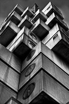 Nakagin apartment building in Shinbashi, Tokyo, Japan: architect by Kisho Kurokawa Amazing perspective! Japanese Architecture, Amazing Architecture, Art And Architecture, Nakagin Capsule Tower, Kisho Kurokawa, Brutalist Buildings, Amazing Buildings, Concrete, Facade