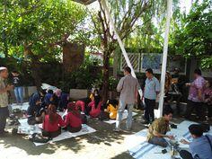 Proses Membatik di Halaman Depan Showroom Griya Batik Mas Showroom, Street View, Fashion Showroom