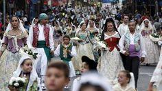 Ofrenda de flores a la Virgen del Remedio en las Hogueras de Alicante. La mantilla protagonista.   Fuente: CARLOS RODRÍGUEZ