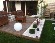Nemusíte betónovať – toto vyzerá prekrásne: 17 inšpirácií na terasy z dr… - Terrasse Backyard Projects, Backyard Patio, Backyard Landscaping, Back Gardens, Outdoor Gardens, Jardin Zen Interior, Backyard Makeover, Balcony Garden, Patio Design