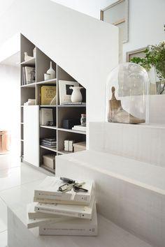 Bibliothèque aménagée sous l'escalier pour un véritable coin living | #escalier #bibliothèque #living