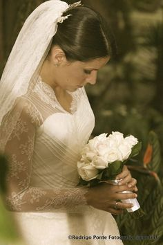 Novia con tradicional bouquet de rosas.