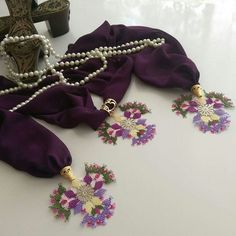 This Pin was discovered by Emi Point Lace, Needle Lace, Needlework, Elsa, Diy And Crafts, Brooch, Embroidery, Pearls, Sewing