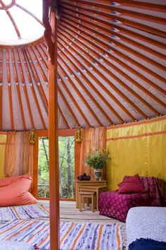 yurt interior-idea for lanterns by door Yurt Living, Living Spaces, Yurt Interior, Mobile Living, Homestead Gardens, Natural Homes, Simple Interior, Round House, Tiny Spaces