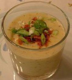 Snipper de ui. Smelt de boter in een pan en voeg de spekblokjes en de gesnipperde ui toe. Laat spekjes en ui zachtjes uitbakken (ui niet laten verbranden) Voeg de bloem toe en roer het mengsel glad. Alles even laten garen. Zorg ervoor dat de bloem niet verkleurt. Voeg langzaam het water en de melk toe. Doorkoken tot de soep licht gebonden is. Voeg de mosterd en de peper naar smaak toe. Roer het geheel glad en kook nog een paar minuten door. Serveer met fijn gesneden prei.