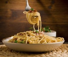 delicious spaghetti with bacon and egg called alla carbonara on wooden table Yummy Pasta Recipes, Meat Recipes, Wine Recipes, Cooking Recipes, Bacon And Butter, Butter Beans, European Dishes, Easy Weekday Meals, Italian Dining