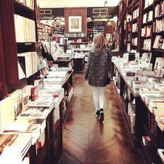 PETIT PARIS | Make Life Easier Moim zdaniem najwspanialsze miejsce w Paryżu – księgarnia Galignani, to coś więcej niż sklep z książkami. Znajdziemy tam najpiękniejsze wydania słynnych powieści, albumy nie do kupienia w Polsce i wszystko czego dusza zapragnie, a mogło być przelane na papier.