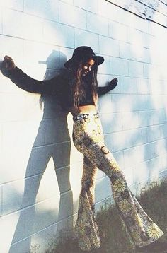 Here are 15 hippie outfits you NEED to copy! We adore these patterned pants! Here are hippie outfits you need to copy this season! Summer hippie outfits are perfect for festival season, here are our favorite ones! 70s Outfits, Boho Outfits, Summer Outfits, Cute Outfits, Flare Pants Outfit Boho, Boho Dress, Cute Hippie Outfits, Hippy Fancy Dress, Fashion Outfits