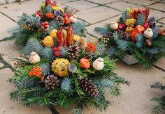 Aj Vy máte dilemu čo dať alebo kúpiť svojim blízkym zosnulým na ich sviatok? Trh ponúka rozličné varianty ako živé chryzantémy v kvetináčoch, rôzne prevedenia vencov či venčekov, vypichované aranžm... Cemetery Decorations, New Years Decorations, Christmas Floral Arrangements, Flower Arrangements, Grave Flowers, Garden Workshops, Raindrops And Roses, All Saints Day, Sympathy Flowers