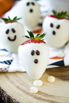 This Halloween try these these easy DIY Strawberry ghosts by The Sugar Coated Cottage. They're all the fun minus the hard work. Halloween Sweets, Halloween Party Snacks, Halloween Baking, Halloween Birthday, Diy Halloween Decorations, Halloween Party Decor, Holidays Halloween, Halloween Crafts, Happy Halloween