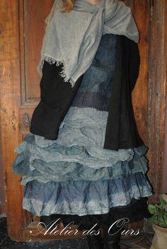 MLLE PAULINE : Veste en laine RUNDHOLZ, tablier, sur-jupe en laine bouillie, organdi et soie grise Zelma,