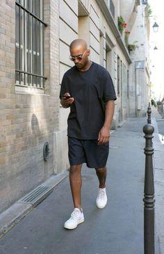 オーバーサイズ黒Tシャツ,チャコールグレーショートパンツ,白スニーカー,メンズファッション着こなしコーデ