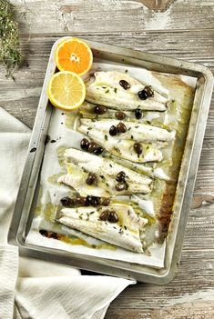 Una ricetta facilissima e velocissima: i filetti di branzino al forno agli agrumi! Bastano pochi passaggi e porterete in tavola un piatto sano e leggero! Kitchen Recipes, Cooking Recipes, Healthy Recipes, Popular Italian Food, Italian Food Restaurant, Bouillabaisse, Italy Food, Olives, Italian Recipes