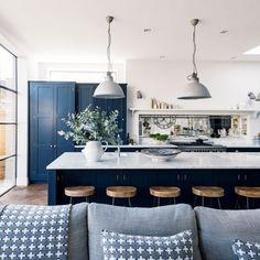 Nagyon harmonikus a kék-fehér konyha, melyben hófehér függőlámpák csüngenek a modern konyhasziget felé!