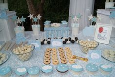 Bautizo. Mesa dulce. Cupcakes, galletas fondant, cakepops, pastas de te... Cupcake Cakes, Biscuits, Candy, Table Decorations, Birthday, Baptism Ideas, Sweet, Desserts, Gifts