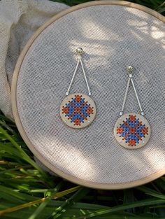 Hanging Circle Earring with Cross Stitch Embroidery, geometric, silver and nickel silver or bronze, handmade de FugaJoyas en Etsy Wood Earrings, Circle Earrings, New Crafts, Creative Crafts, Teracotta Jewellery, Wood Crosses, Wooden Ornaments, Fabric Jewelry, Wooden Key Holder