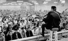 Johnny Cash, Folsom hapishanesinde mahkûmların önünde vereceği konserini kaydetmeden bir gece önce El Rancho Motel'de sıkıntılı bir bekleyiş içinde. Gelen haberlere göre Nashville'de hava durumu oldukça kötü ve konserinde ona eşlik edecek The Statler Brothers'ı, Carl Perkins'i, Cash'in eşlik grubu The Tennessee Three'yi ve de Columbia şirketinden prodüktör Bob Johnston'u buraya, Sacramento'ya getirecek uçağın kalkıp kalkmayacağı belli değil. Nashville telefonla aranıyor ve ekibin çoktan...