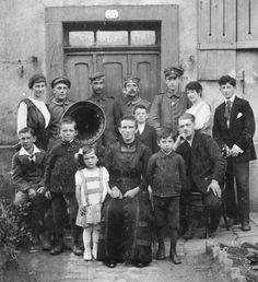 Großfamilie mit Grammophon, wohl Saarland, 1910er