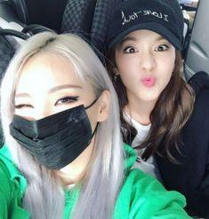 """¡Las miembros de 2NE1Sandara Parky CL se reunieron mientras viajaban! Sandara Park compartió recientemente una imagen en su cuenta deInstagramy añadió:""""Ha pasado un tiempo desde que volamos juntas"""". En la foto, las miembros de2NE1 se encuentran en el aeropuerto internacional deGimpo. CL guiña un ojomientrasSandara pone morritos, mostrando su divertida y cercana amistad. CL hizo …"""