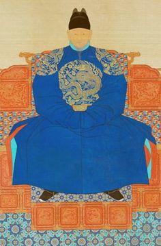 태조 이성계의 초상으로 추정되는 그림이다. 보통 태조 이후의 왕들은 붉은색 복장을 입고 있는데에 반해 태조의 초상은 푸른 계열의 복장을 입고 있다. 왕의 권위를 위해 왕을 상징하는 상상속의 영물인 용이 어깻죽지 부분과 가슴과 배 부분에 크게 자수가 놓아져 있다. 그래서 왕의 옷을 용포라고 부른다. 체형을 드러내기 보다는 최대한 가리는 형식이다. 노출을 최대한 자제한 것으로 보인다.