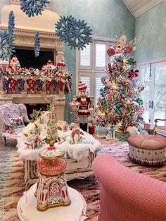 Gingerbread Christmas Decor, Candy Land Christmas, Retro Christmas Decorations, Whimsical Christmas, Christmas Room, Christmas Mantels, Christmas Tree Themes, Winter Christmas, Vintage Christmas