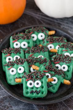 halloween macarons Easy halloween frankenstein pretzels using candy melts, pretzels, and a few simple ingredients! Kids can definitely help with this easy to make halloween treat! Halloween Desserts, Halloween Pretzels, Fun Halloween Treats, Halloween Goodies, Halloween Candy, Easy Halloween, Holiday Treats, Holiday Recipes, Halloween Crafts