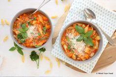 Bomvol groenten, deze Italiaanse groentesoep (minestrone) is een volwaardige maaltijd! Maaltijdsoep voor in de herfst, met o.a pompoen, aardappel, courgette