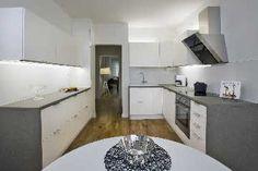 Valkoinen ja harmaa ovat varma pari keittiön sisustuksessa. #etuovisisustus…