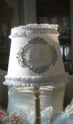 Abat jour blanc serviette ancienne monogramme ornement moulure rose volant ruffle patine decoration de charme shabby chic decoration romantique le grenier dalice