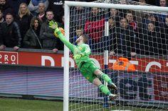 David de Gea saves a shot from Gareth McAuley Manchester United Players, West Brom, World Football, Man United, Automata, Goalkeeper, Soccer Players, Evo, Football