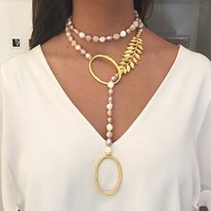 Collar de perlas de rio irregulares con adornos en baño de oro. Modelo Lucerna