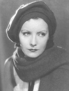 Een retro muts zelf maken, net zo eentje als Greta Garbo er één had. Met wat wol of fleece, een bord,een schaar en een naaimachine. Deze muts is zo gefixed!