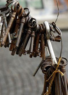 Trendy old door knobs projects skeleton keys 25 ideas Under Lock And Key, Key Lock, Antique Keys, Vintage Keys, Antique Hardware, Vintage Rings, Old Door Knobs, Old Keys, Knobs And Knockers