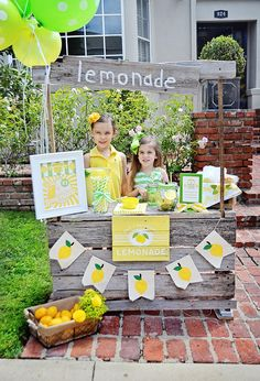 How to Create an Adorable Summer Lemonade Stand - Project Nursery Lemonade Stand Sign, Kids Lemonade Stands, Bake Sale Sign, Diy For Kids, Crafts For Kids, Fresh Squeezed Lemonade, Honey Lemonade, Supermarket, Lemon Party