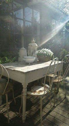 charming table near a potting shed Vintage Shabby Chic, Shabby Chic Style, Shabby Chic Decor, Vintage Table, Outdoor Rooms, Outdoor Gardens, Outdoor Living, Outdoor Decor, Decoration Shabby