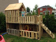 Garage double à voiturettes et maisonnette pour enfants à 2 étages fabriqué en bois de palettes!