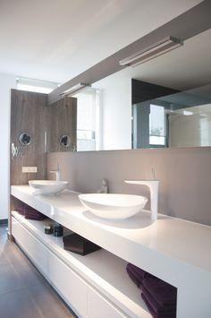 Hoogglans wit badkamermeubel. Modern Toilet, Bathroom Inspiration, Master Bathroom, Diy Home Decor, Kitchen Decor, New Homes, Vanity, House Design, Interior Design
