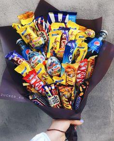 Букет из шоколадных батончиков Birthday Present Diy, Birthday Goals, Cute Birthday Gift, Diy Birthday, Food Bouquet, Diy Bouquet, Candy Bouquet, Candy Gift Box, Candy Gifts
