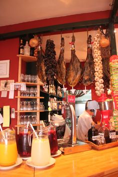 Muchas restaurantes en españa tienen jamón colgando del techo para que secarán.