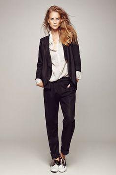 "cotton מכנס פשתן בשילוב חגורה - 360 ש""ח + חולצת אריג לבנה מקומטת - 270 ש""ח + ג'קט עדין ויסקוזה - 340 ש""ח."