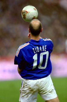 Zinedine Zidane w 2002 roku w Reprezentacji Francji Football Images, Football Icon, Football Is Life, World Football, Football Kits, Football Jerseys, College Football, Soccer Art, Soccer Guys