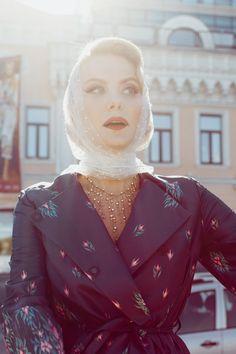 Нежный платок в сочетании с атласным пальто. Цвет пальто и рисунок.