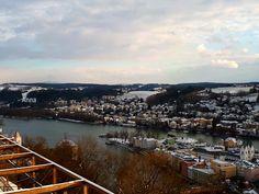 Kubah berwarna hijau adalah Dom Santo Stephan, yang menjadi landmark kota Passau. Dua sungai berbeda yang dilalui. Sungai yang ada kapal dinamakan Danube. Di seberangnya adalah Inn. Ini diseb… San Francisco Skyline, Places To Visit, River, Outdoor, Saints, Vatican, Passau, Outdoors, Outdoor Games