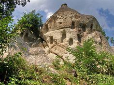 Kaptárkő, Szomolya:  egy mesekönyvbe való geológiai képződmény, melyet leginkább törpék, tündérek és manók otthonaként tudnánk elképzelni. A kaptárkövek – vagy köpüskövek, vakablakoskövek, bálványkövek –, olyan sziklavonulatok vagy kúp alakú kőtornyok, amelyek oldalaiba a régmúlt korok emberei fülkéket (vakablakokat) faragt